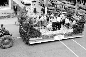 Scène de la Saint-Jean-Baptiste à Mont-Laurier en 1957