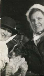 deux femmes et leur petit chien