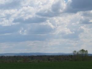 eoliennes au loin paysage
