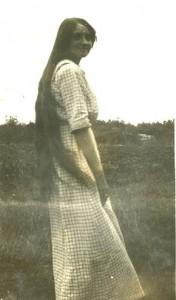 Grande jeune femme cheveux tres longs
